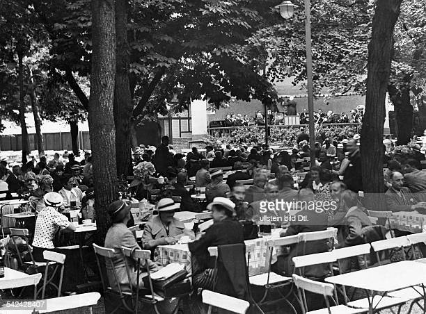 German Empire Free State Prussia Brandenburg Provinz Berlin openair pub garden in the Hasenheide in Kreuzberg / Neukoelln Photographer Herbert...