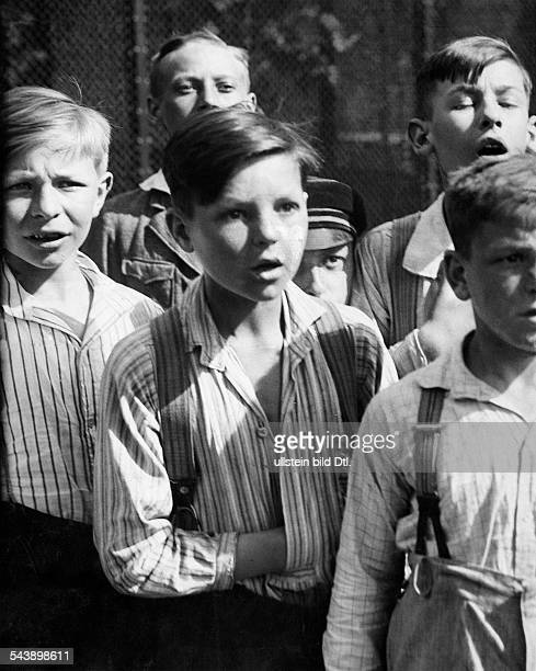 German Empire Free State Prussia - Brandenburg Provinz - Berlin: Zoo, wondering children in front of a cage - Photographer: Martin Munkacsi-...