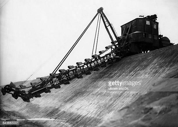 German Empire Free State Prussia - Brandenburg Provinz - : Senftenberg: crawler excavator excavating in the open-pit mine Marga- Photographer: Heinz...