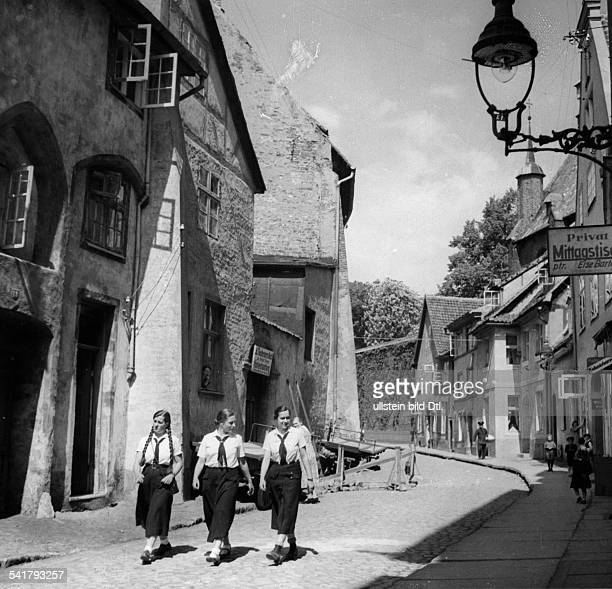 German Empire Free State Prussia Pommern Provinz Stralsund Members of the 'League of German Girls' during a walk through the Schillstraße in the Old...