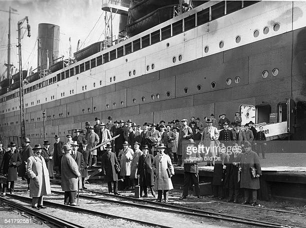 German Empire Hanseatic city Bremerhaven Steamship Columbus of the shipping company Norddeutscher Lloyd Passengers before the maiden trip to New York...