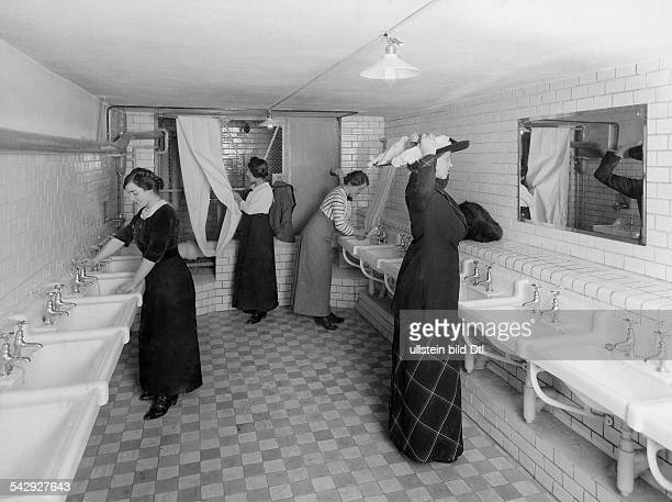 German Empire Kingdom Prussia Berlin Kreuzberg The store Kaufhaus RM MaassenFemale employees in the washing room about 1913 Photographer Atelier...