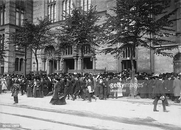 Oranienburger Strasse New Synagogue people standing outside the synagogue after the mess undated probably around 1910 Photographer Haeckel