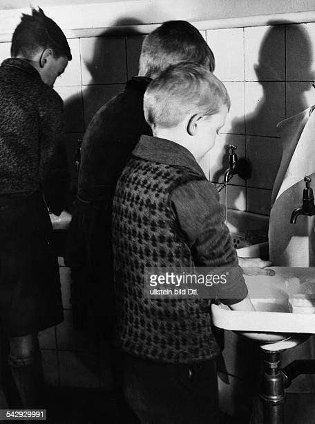German Empire Reading room for children in the library in Adalbertsrasse in Berlin Kreuzberg children washing their hands before they are allowed to...