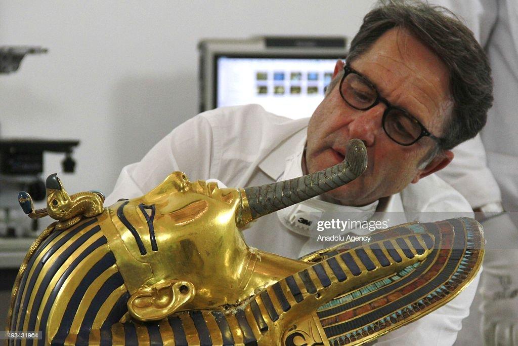 Restoration of King Tutankhamun's mask in Cairo : News Photo