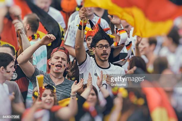 Allemand ventilateur de supporters acclamations célèbre équipe de football