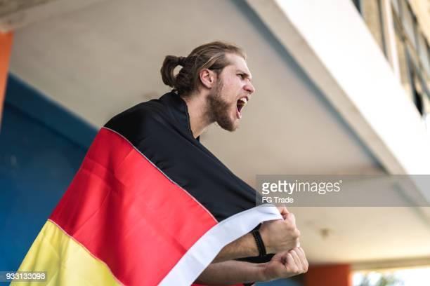 tifoso tedesco che guarda una partita di calcio - cultura tedesca foto e immagini stock