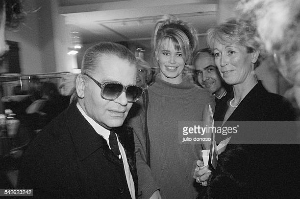 German Fashion designer Karl Lagerfeld meets with German model Claudia Schiffer and her mother Gudrun backstage at a Paris fashion event Schiffer...