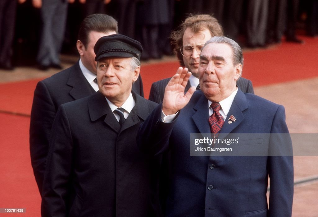 GERMANY, BONN, German Federal Chancellor Helmut SCHMIDT (left) (SPD) and Leonid Ilyich BREZHNEV (rh), General Secretary of the Communist Party of the Soviet Union and Chairman of the Presidium of the Supreme Soviet (head of state) during the official reception in front of the Federal Chancellery in Bonn.