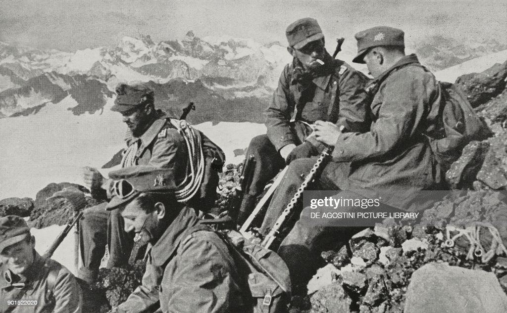 German gebirgsjager on peak in Caucasus : Foto di attualità