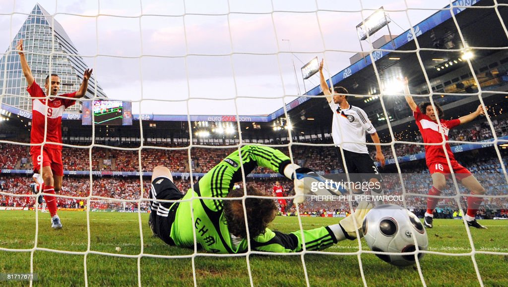 German goalkeeper Jens Lehmann (C) fails : News Photo