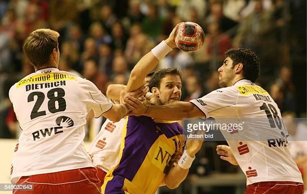 German Handball League Fuechse Berlin TUSEM Essen Gunnar Dietrich David Katzirz holding Frank Schumann