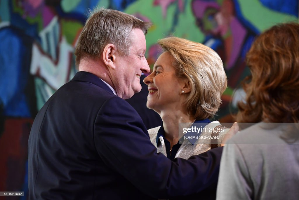 German Health Minister Hermann Groehe and Defence Minister Ursula von der Leyen greet each other prior to the weekly cabinet meeting at the Chancellery in Berlin on February 21, 2018. / AFP PHOTO / Tobias SCHWARZ