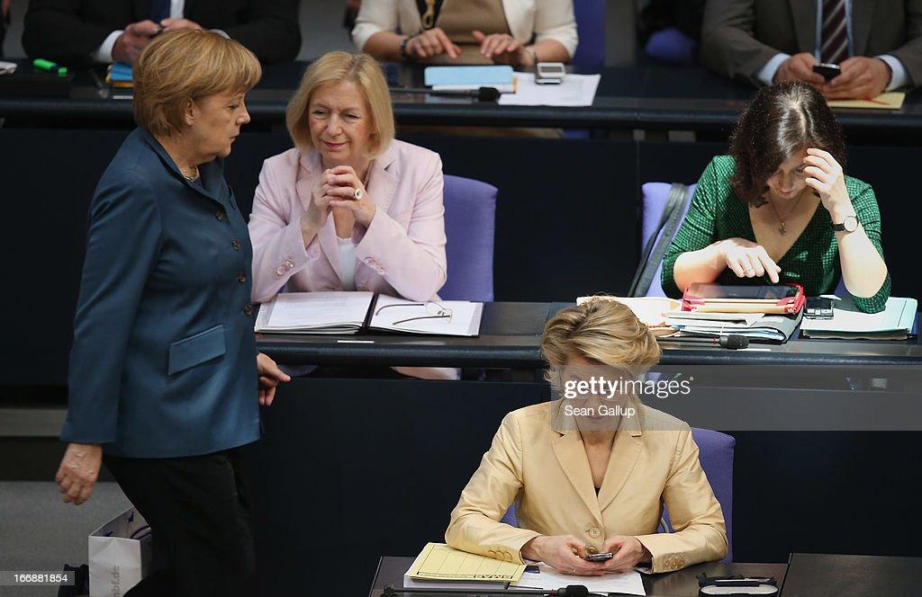 Bundestag Debates Cyprus Aid, Employment Quotas For Women : ニュース写真