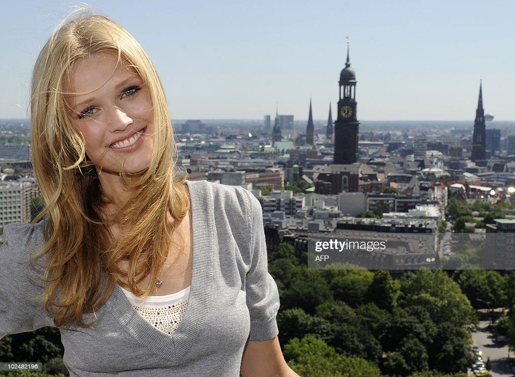 German model Toni Garrn poses in front o : Nachrichtenfoto