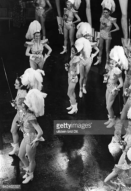 German movies in the 1930ies Dancers with swords during shootings of the movie 'Drunter und drueber' published in 'Stern' 8/1939 Directed by Hubert...