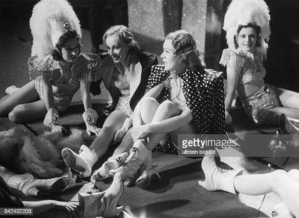 German movies in the 1930ies Revue-girls having a break during shootings of the movie 'Drunter und drueber' - published in 'Stern' 8/1939 Directed...