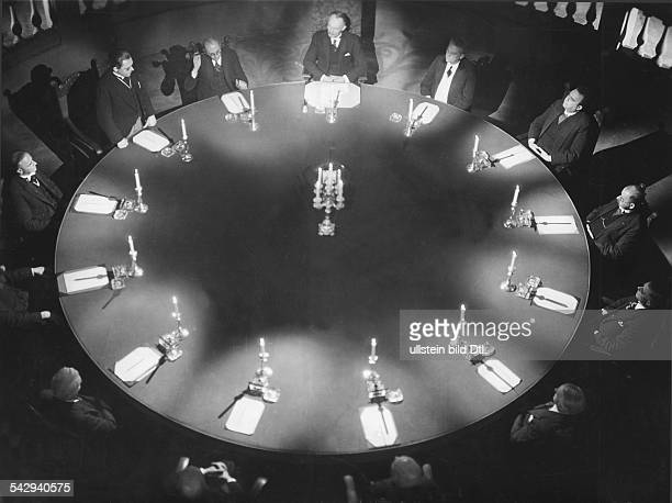 German movies in the 1930ies Scene from the movie 'Die Koffer des Herrn OF' sitting on a round table Directed by Alexander Granowskij Germany 1931...