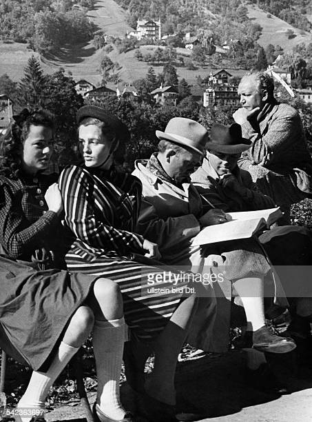 German movies of the 1930ies Film professionals being asked for autographs during a shooting break in Innsbruck Austria 1939 Vintage property of...
