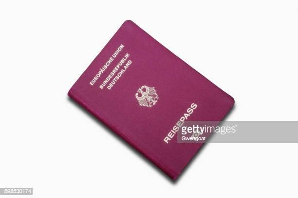 deutschen pass isoliert auf weißem hintergrund - deutsche kultur stock-fotos und bilder
