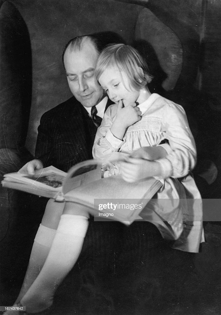 German politician Julius Curtius with his child. 1930. Photograph. (Photo by Imagno/Getty Images) Der deutsche Politiker Julius Curtius mit seinem Kind. 1930. Photographie.