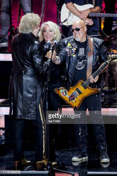 German presenter Thomas Gottschalk British guitarist and producer Ricky Wilde and his sister British singer Kim Wilde at Gottschalks Grosse 80er Show...