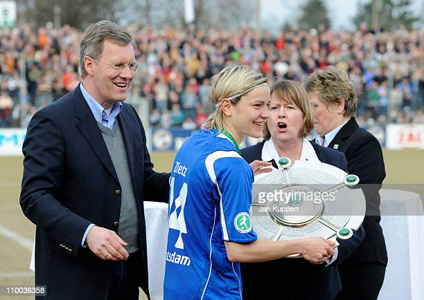 German President Christian Wulff congratulates Jennifer Zietz of Potsdam holding the trophy next to Hannelore Ratzeburg und Margit Stoppa after the...