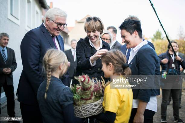German President FrankWalter Steinmeier and Elke Buedenbender wife of the German President are pictured at the school 'Schkola' on October 15 2018 in...