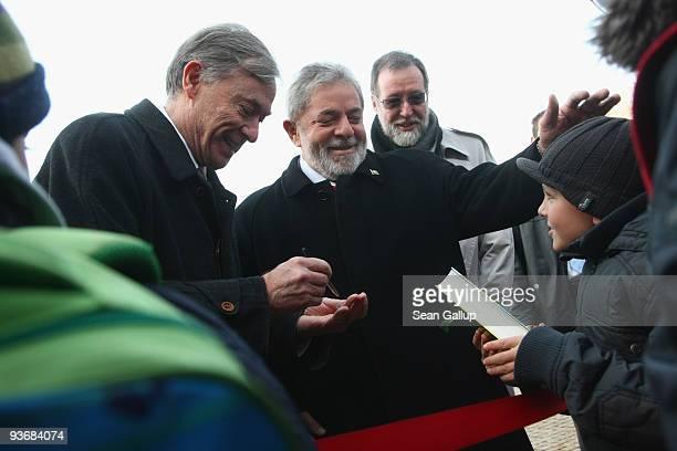 German President Horst Koehler and Brazilian President Luiz Inacio Lula da Silva greet children upon da Silva's arrival at Bellevue Palace on...