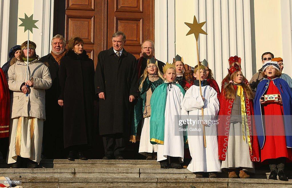 Carol Singers Visit President Horst Koehler : News Photo