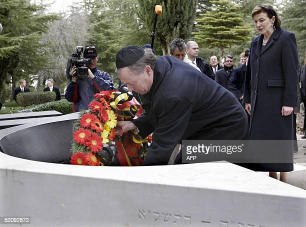 German President Horst Koehler lays a wreath at the grave of late Israeli Prime Minister Yitzhak Rabin in Jerusalem 01 February 2005 Koehler is on...