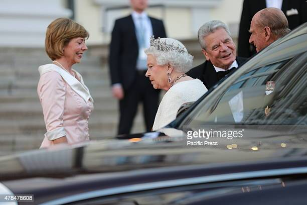 German President Joachim Gauck and Daniela Schadt welcomed Queen Elizabeth II before the Bellevue Palace for State Banquet