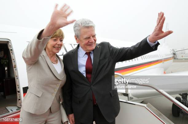 German President Joachim Gauck and his partner Daniela Schadt wave goodbye at the airport before flying back to Germany from Xi`An China 24 March...