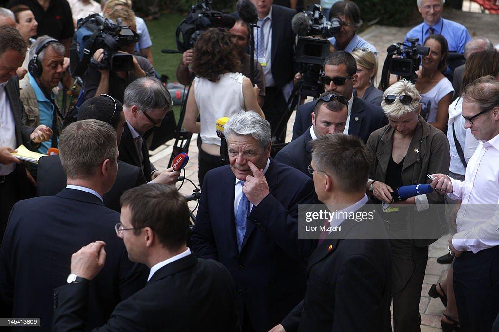 Surviving Team Meetings >> German President Joachim Gauck Leaves After Meeting With Surviving