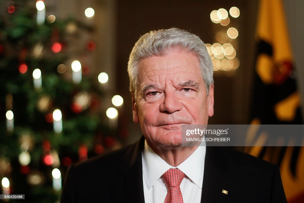 German President Joachim Gauck poses after the recording of the traditional Christmas message at Bellevue Palace in Berlin on December 22, 2016. With his speech, the head of state addresses the citizens during the Christmas celebrations. / AFP / POOL / Markus Schreiber