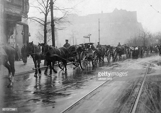 German revolution of 1918: troups returning from war to Berlin, a machine gun detachment passing Bayerischer Platz on their way to Brandenburg Gate -