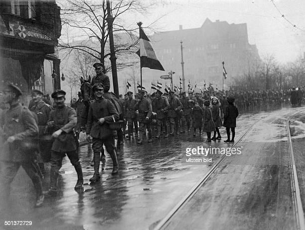 German revolution of 1918: troups returning from war to Berlin, passing Bayerischer Platz on their way to Brandenburg Gate -