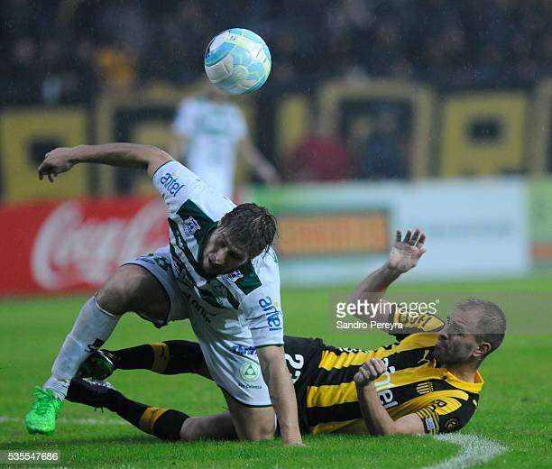 German Rivero of Plaza Colonia and Carlos Valdez of Penarol fight for the ball during a match between Penarol and Plaza Colonia as part of Campeonato...