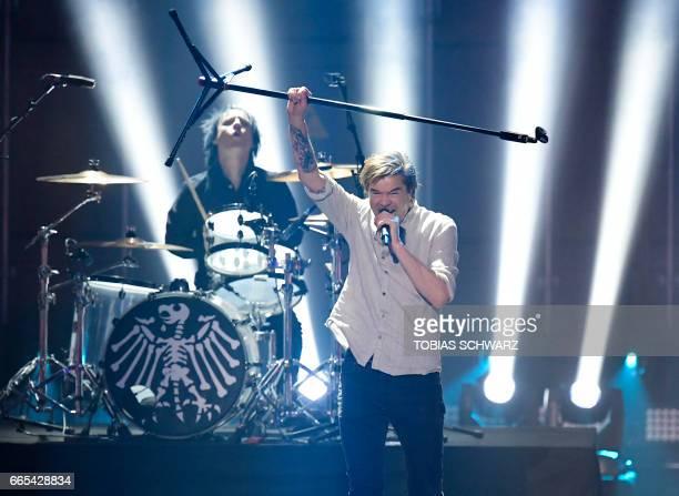 German singer Campino of Die Toten Hosen perfoms during the 2017 Echo Music Awards in Berlin on April 6 2017 / AFP PHOTO / POOL / Tobias SCHWARZ