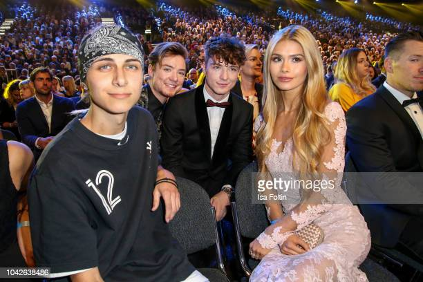 German singer Lukas Rieger Youtube star Heiko Lochmann and his twin Romann Lochmann alias Die Lochis and influencer Pamela Reif during the Goldene...