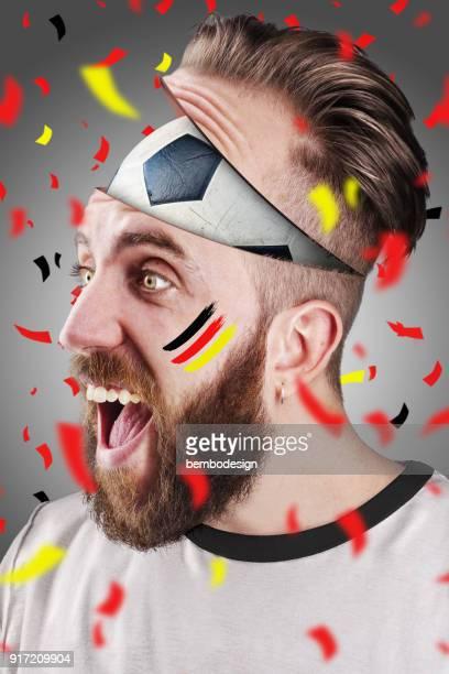 Deutsche Fußball-Fan mit dem Fußball im Inneren des Kopfes