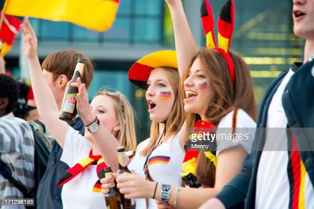 deutsche fußball-fans feiern - internationale fußballveranstaltung stock-fotos und bilder