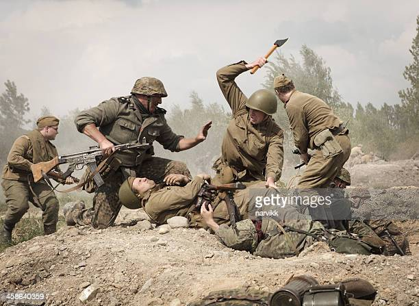 deutschen soldaten kämpfen mit roten armee - wehrmacht stock-fotos und bilder