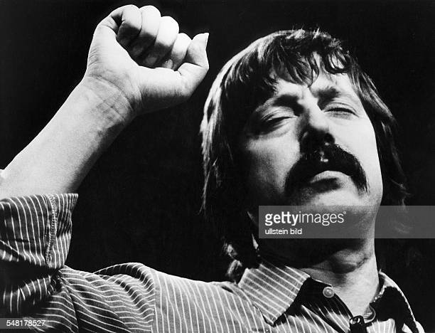 German songwriter Wolf Biermann after his expatriation from the GDR Wolf Biermann * Singersongwriter writer East Germany / Germany Biermann at a...