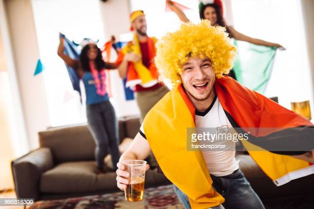 deutsche anhänger schreien vor dem fernseher - weltmeisterschaft stock-fotos und bilder