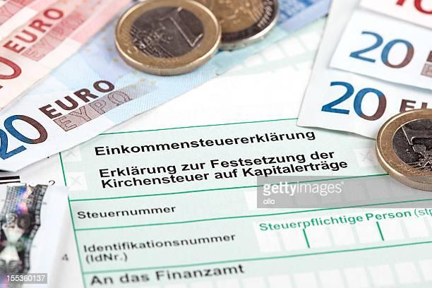 deutsche steuererklärung mit euro-banknoten und -münzen - deutsche kultur stock-fotos und bilder