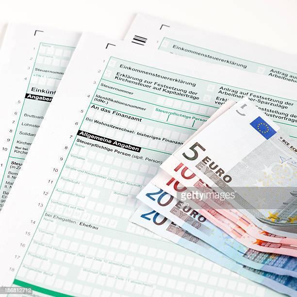 Deutsche Steuererklärung mit Euro-Banknoten