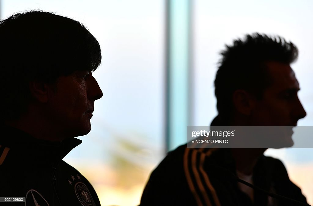TOPSHOT - German team coach Joachim Low (L) and technical assistant coach Miroslav Klose attend a press conference on November 10, 2016 in Rimini, on the eve of the FIFA World Cup 2018 qualifying football match against San Marino. / AFP / VINCENZO