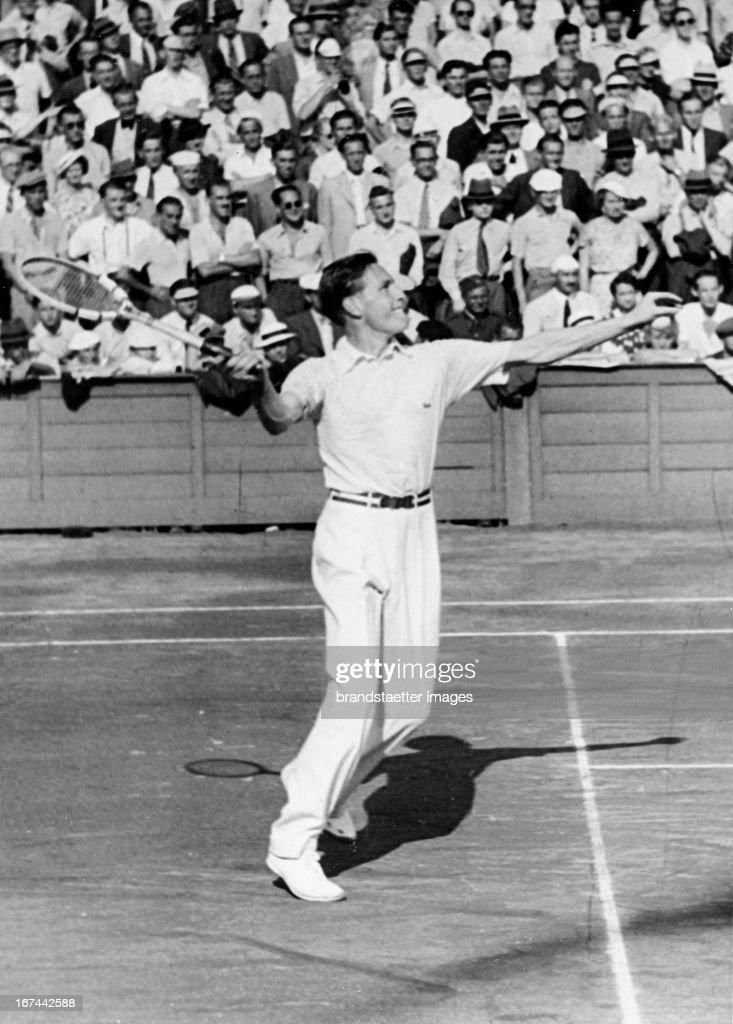 German tennis player Gottfried von Cramm (1909-1976). About 1935. Photograph. (Photo by Imagno/Getty Images) Der deutsche Tennisspieler Gottfried von Cramm (19091976) am Netz. Um 1935. Photographie.