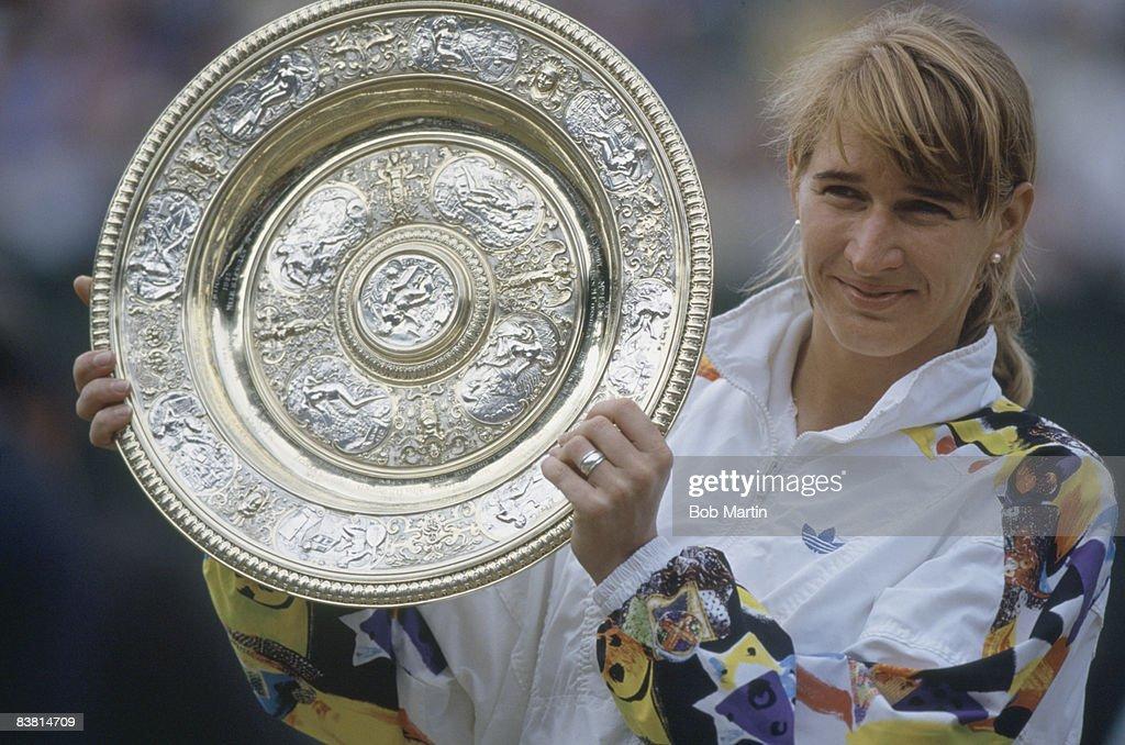 Graf With Trophy : ニュース写真